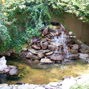 водопадик на даче в саду
